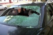 Răfuială în stradă, la Turda. Mașina unui turdean a fost vandalizată