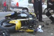 Accident grav de motocicletă! Un biker s-a izbit de un parapet și a intrat într-un autoturism