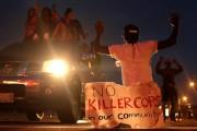 REVOLTĂ în America după ce un polițist alb a împușcat un adolescent de culoare