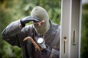 Un hoț a dat nas în nas cu polițiștii după un furt