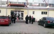 VIDEO -  Primar PSD, plantat în fața secției de votare și îndeamnă oamenii să pună ștampila pe  Ponta. Poliția nu face nimic!