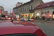 VIDEO - Un cocalar cu BMW  a blocat circulația pentru a scoate bani de la bancomatul din Piața Mihai Viteazu. Ce credeți că au făcut polițiștii?