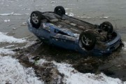 Șofer beat, răsturnat cu mașina în vale. A luat-o la sănătoasa