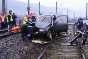 VIDEO - Mamă INCONȘTIENTĂ! Mașina în care era ea și cei doi copilași a fost lovită de tren în județul Cluj. TOȚI  trei sunt în stare gravă