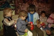 TREBUIE SĂ-I AJUTĂM! Opt copilași din Liteni, județul Cluj, nici nu visează la masa de Crăciun. Unul dintre copii este la ȘCOALA de POLIȚIE