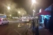 VIDEO - Panică într-un autobuz 35, în Zorilor! Călătorii au fost evacuați de urgență, după ce a ieșit  fum de la motor. Ce a urmat