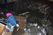 Imagini ȘOCANTE din județul Cluj! S-a rupt gheața de pe patinoar și oamenii au căzut în apa rece