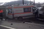 VIDEO - Logan spulberat de o ambulanță. O persoană și-a pierdut viața