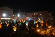 FOTO/VIDEO - Să iubim Clujul! Sute de  lampioane au fost lansate spre cer în Piața Unirii
