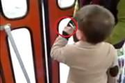 VIDEO HALUCINANT - Un copil de trei ani fumează într-un tramvai din Cluj-Napoca de față cu mama lui