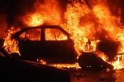 Panică în parcarea unui mall din Cluj-Napoca! O mașină a fost mistuită de flăcări