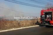 VIDEO - Panică în cartierul Bună Ziua! Un bloc și o casă au fost la un pas de a fi cuprinse de un incendiu provocat de inconștienți