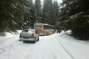 Misiune dramatică de salvare la Beliș. 61 de copii și cinci adulți au rămas blocați cu autocarul în zăpadă