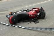 Un motociclist și pasagera din spate, accidentați grav la intersecția străzilor George Bacovia cu Eugen Ionesco