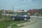 Accident la Fundătura, BMW  suspendat pe bordură