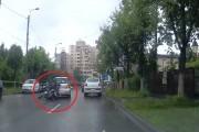 VIDEO - Accident filmat  între un motociclist și un Polo, la Cluj-Napoca. Cine a fost de vină?