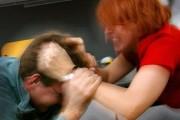 I-a ajuns cuțitul la os: De săptămâni întregi un clujean este bătut de iubită. Află ce a făcut!