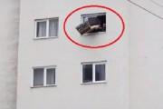 Oameni inconștienți! Au aruncat canapeaua pe geam direct în capul unui copilaș