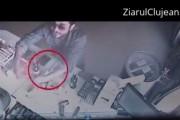 VIDEO - Cum l-a furat un țigan, pe față, pe angajatul unei benzinării din Cluj. Tehnica folosită este