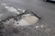 Dorel de la gaz a spart o stradă în mai multe locuri și  a acoperit craterele cum a știut el mai bine