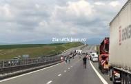 FOTO - EXPLOZIE  pe Autostrada Transilvania! Un TIR s-a răsturat pe sensul opus de mers