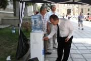 Primăria Cluj-Napoca oferă apă clujenilor.  4 puncte de distribuţie a apei în oraş pentru trecători