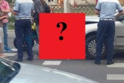 UPDATE - FOTO - O mașină s-a urcat pe o motocicletă lângă Ștrandul SUN. Motociclistul oprise pentru a acorda prioritate pietonilor