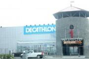 Un panou publicitar uriaș s-a prăbușit la Decathlon peste două persoane