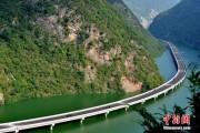FOTO - Ca să nu distrugă pădurea, chinezii au construit șosele prin apă