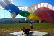 VIDEO - Se anunță un SHOW  de zile mari, în weekend, la Luncani! Parașutiștii fac senzație cu salturi din SPARTAN și aterizări la punct fix
