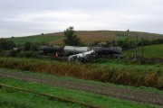 FOTO - UPDATE - PERICOL DE EXPLOZIE! Tren încărcat cu benzină, deraiat în judeţul Cluj