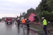 VIDEO - Accidentul anului la Cluj. Un TIR a rupt un parapet, o țeavă de gaz și s-a oprit în gardul unei case