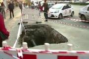 HALUCINANT - Bărbat orb căzut într-o groapă adâncă de 2 metri, în Cluj-Napoca. Responsabilii: Groapa era semnalizată