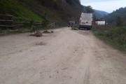 FOTO - Palmă pe obrazul CJ-ului. Pe un drum din Cluj au apărut molizii în locul asfaltului