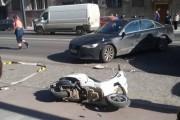 FOTO - Scuteriști accidentați pe strada Horea de o mașină care le-a întors în față