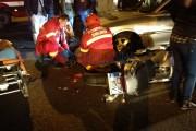 UPDATE - FOTO - Motociclist clujean, băgat în spital de o șoferiță care vorbea la telefon. L-a aruncat pe o altă mașină