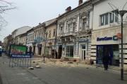 FOTO - La un pas de tragedie! O bucată de balcon s-a prăbușit pe Bulevardul Eroilor