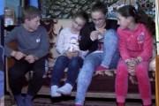 Polițiștii din Cluj, vizită surpriză la grajdul din Mociu în care locuiește bunica și cei patru nepoți