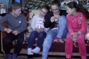 VIDEO - Patru copii din Mociu, părăsiți de părinți și destin, au nevoie de ajutor! Stau într-un grajd, alături de bunică, dar și de acolo trebuie să plece