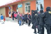 """FOTO - Mascații au """"descins"""" la Mărișel cu cadouri pentru 130 de copii"""