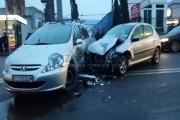 VIDEO - Accident violent pe Calea Baciului: Nu a căscat ochii și a băgat o femeie în spital!