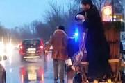 VIDEO - Așa ceva nu ați mai văzut! Cu antemergător, un popă cocoțat într-o căruță sfințește mașinile din trafic