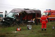 Microbuz cu 6 persoane lovit violent de o autoutilitară, la Căpușu Mare