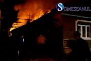 VIDEO - Gospodărie mistuită de flăcări la Gherla. Incendiul s-a extins și în vecini