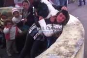 VIDEO - Bătaie cruntă între câteva țigănci, în Piața Mărăști. Așa ceva nici în filmele de comedie nu vezi!