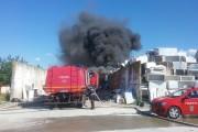 UPDATE - FOTO/VIDEO - Incendiu violent la  Apahida. O hală plină de mase plastice a luat foc