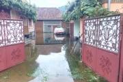 Zeci de case și subsoluri inundate după furtuna de ieri. La Valea Drăganului a fost cel mai rău