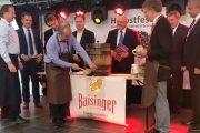 VIDEO - #Herbstfest 2016, ziua 1: Butoiul oficial de bere i-a dat bătăi de cap primarului Emil Boc. Programul pe următoarele două zile