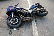 Motociclist rănit după ce a frânat încercând să evite un autoturism intrat fără prioritate în intersecție