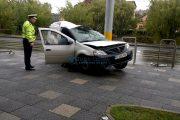 FOTO/VIDEO - Accident lângă Cluj Arena. Un Logan, condus de o șoferiță, s-a încolăcit după stâlp